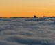 Crépuscule sur la barrière du Vercors et le Mont Aiguille au dessus d'une mer de nuages