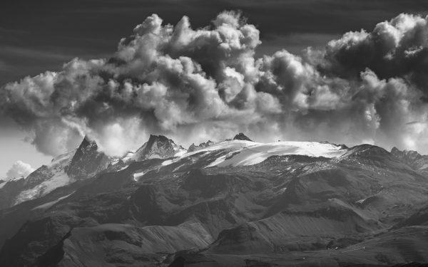 Ambiance orageuse au dessus du Grand Pic de la Meige dans les Ecrins.