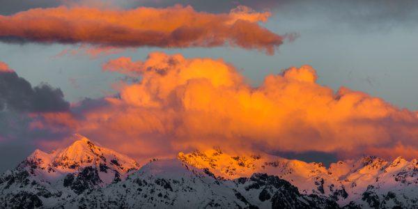 Coucher de soleil de feu sur les sommets enneigés de Belledonne