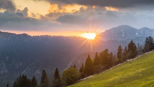 Coucher de soleil printanier sur le massif de la Chartreuse depuis le Charmant Som