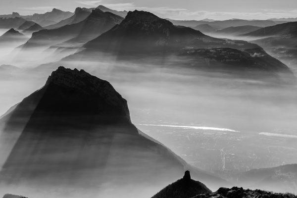 Jeu de brumes et ombres sur Grenoble depuis le sommet de la Pinéa dans le massif de la Chartreuse #2