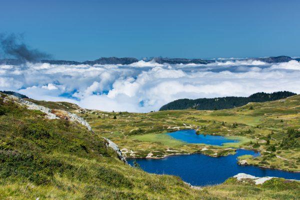 Lac Fourchu dans le Taillefer séparé du Vercors par une mer de nuages