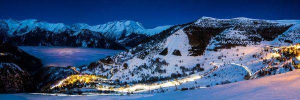 L'Alpe d'Huez et le village d'Huez une nuit d'hiver.