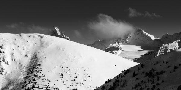Le grand pic de la Meije dans le massif des Ecrins se cache.