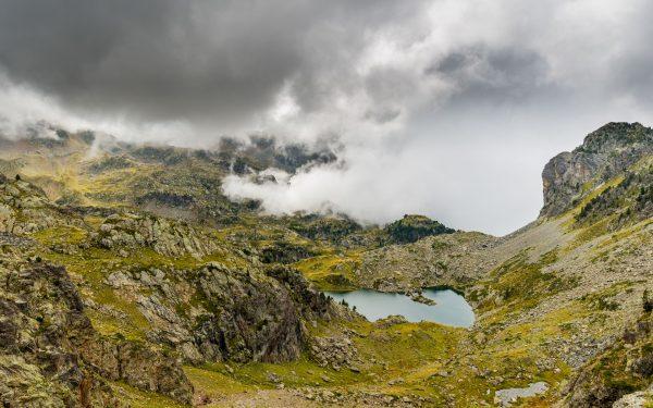 Paysages nuageux sur le lac Merlat au sein de la chaîne de Belledonne