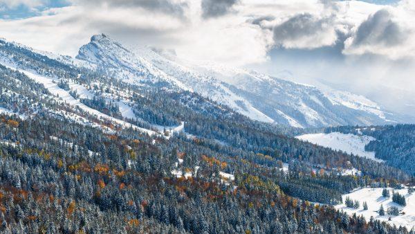 Paysage enneigé d'automne dans les montagnes de Lans En Vercors