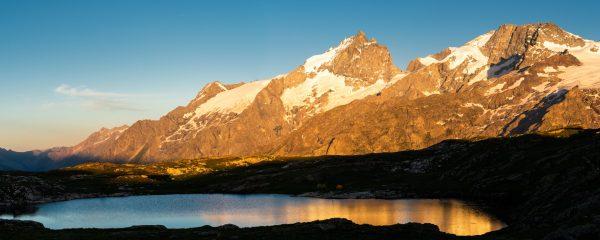 panorama du lac noir et de la Meije au coucher de soleil
