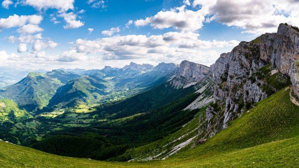 Panorama sur le Mont Aiguille et les falaises du Vercors