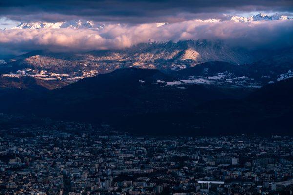 Contraste de lumière entre Grenoble et Belledonne