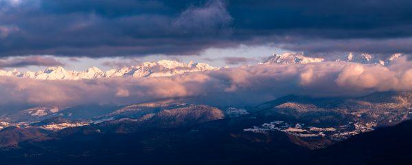 La chaine de Belledonne, entre lumière et nuages.
