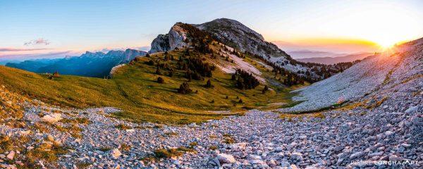 Panorama sur le Pas de la Balme au coucher de soleil