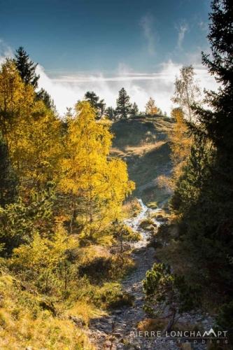 Les couleurs d'automne s'installent en Belledonne au dessus des nuages